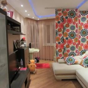 Яркие шторы в гостиной с детской зоной