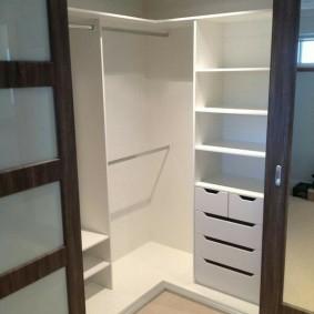 Белые полки в компактной гардеробной