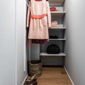 Узкая гардеробная в конце коридора