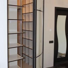 Радиусные дверцы на угловой гардеробной