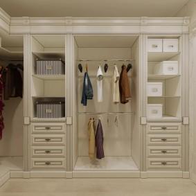 Дизайн прихожей с гардеробом у стены