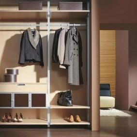 Вешалки для одежды в гардеробной комнате