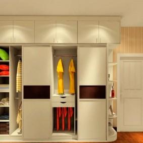 Встроенный гардеробный шкаф с антресолями