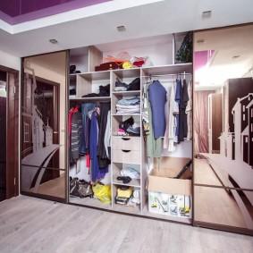 Длинный гардероб с дверями купейного типа