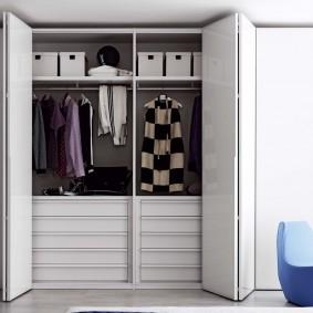 Складные дверцы на шкафу для одежды
