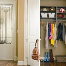 Распашные двери на встроенном гардеробе