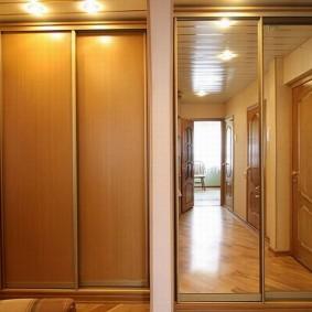 Двустворчатые шкафы в прихожей комнате