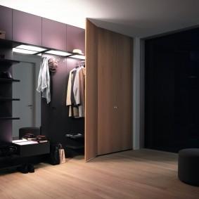 Вместительный гардероб в большой прихожей