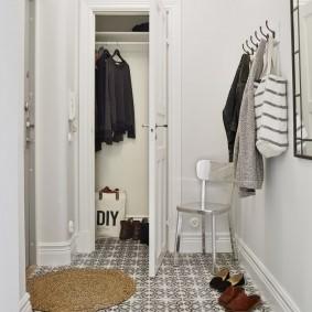 Узкая дверь в гардеробную комнату