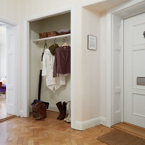 Открытый гардероб в углублении стены