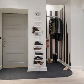 Полочки для обуви на стене прихожей