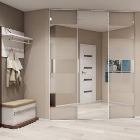 Интерьер коридора со встроенным гардеробом
