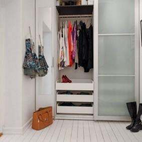 Небольшой гардероб в торцевой стене коридора