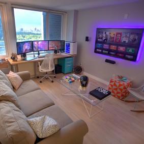 Стол геймера в гостевой комнате