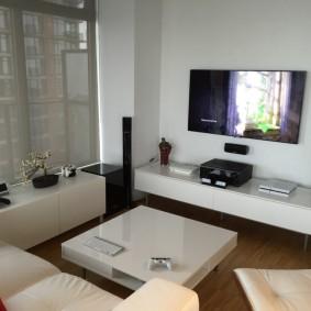 Глянцевая мебель в комнате геймера