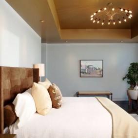 Коричневый потолок в спальной комнате