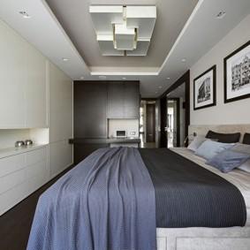 Геометрические фигуры на потолке маленькой спальни