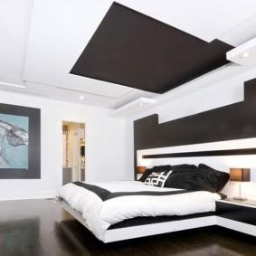 Темная ниша на светлом потолке