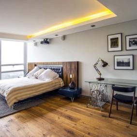 Желтая подсветка потолка в спальной комнате
