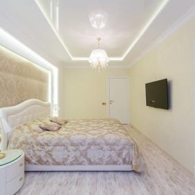 Светлая спальня с ярким освещением