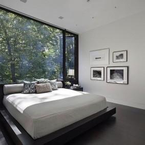 Панорамное окно с видом на загородный лес