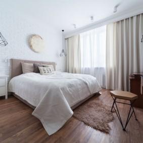 Деревянный пол в просторной спальне