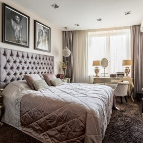 Красивая спальня с картинами на стене