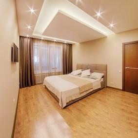Двухспальная кровать в спальне прямоугольной формы