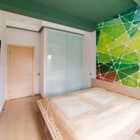Зеленый потолок в современной спальне
