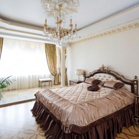 Позолоченный декор на потолке спальни