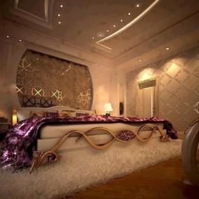 Роскошная кровать с эффектным декором