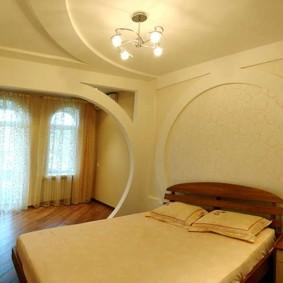 Перегородка из гипсокартона в спальне городской квартиры