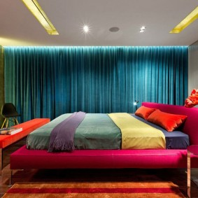 Синие шторы в спальной комнате
