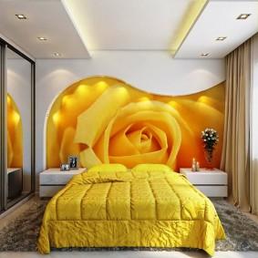 Желтая кровать в спальне молодой девушки