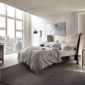Красивая кровать с высоким изголовьем