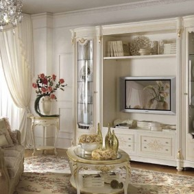 Стенка из дерева для гостиной классического стиля
