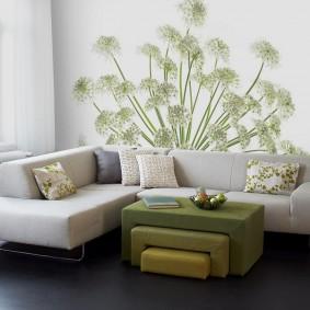 Растительный рисунок на обоях в зале