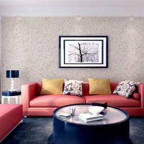 Розовая мебель в квадратной комнате