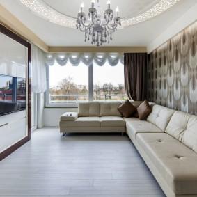Светлый пол в комнате с угловым диваном