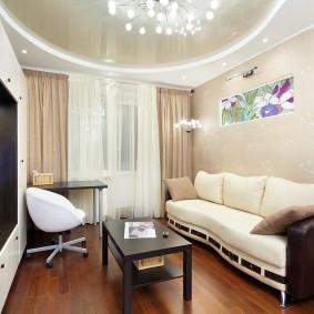 Уютная гостиная с белым диваном