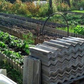 Штабель волнового шифера на огороде