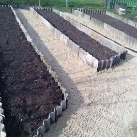 Ухоженный огород с самодельными грядками