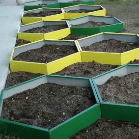 Шестиугольные грядки с плодородным грунтом