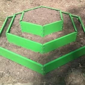 Трехъярусная клумба зеленого цвета