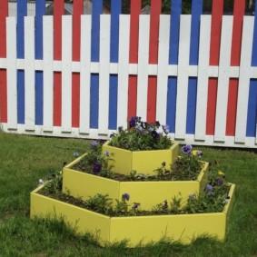 Яркий забор из разноцветного штакетника