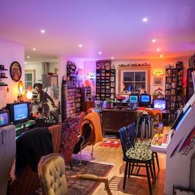 Фото игровой комнаты в виде игровой библиотеки