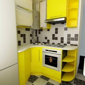 Желтый гарнитур в маленькой кухне