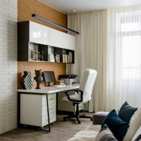 Письменный стол в углу комнаты хрущевки