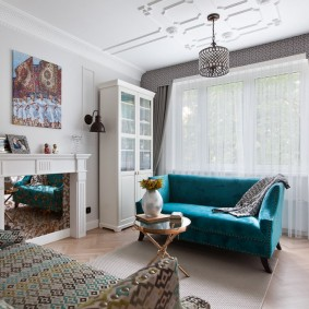 Синий диван в гостевой комнате