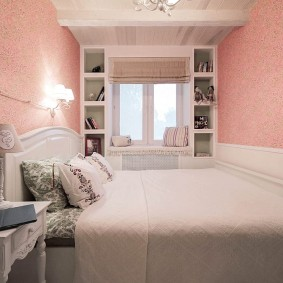 Розовые обои в комнате девушки